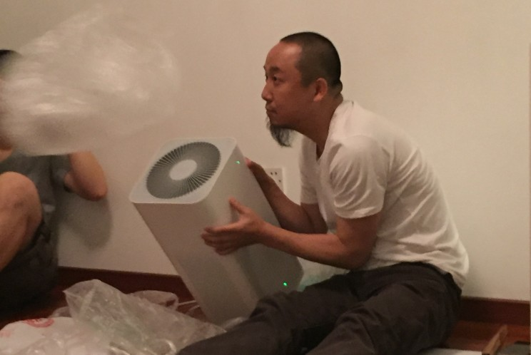 'Living Room Tour', performance at audience's home, 2016, Beijing. Photo by Li Jingyi.